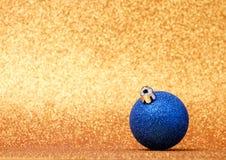 Decoraciones de la Navidad en un fondo del brillo Fotografía de archivo libre de regalías