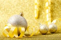 Decoraciones de la Navidad en un fondo del brillo Imagen de archivo