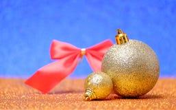 Decoraciones de la Navidad en un fondo del brillo Imágenes de archivo libres de regalías