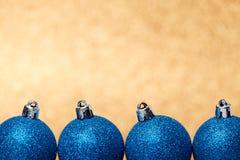 Decoraciones de la Navidad en un fondo del brillo Foto de archivo