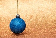 Decoraciones de la Navidad en un fondo del brillo Fotos de archivo
