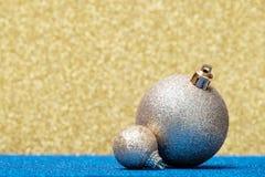 Decoraciones de la Navidad en un fondo del brillo Foto de archivo libre de regalías