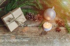 Decoraciones de la Navidad en un fondo de madera Fotografía de archivo