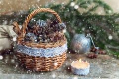 Decoraciones de la Navidad en un fondo de madera Fotografía de archivo libre de regalías