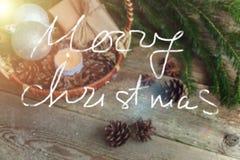 Decoraciones de la Navidad en un fondo de madera Foto de archivo