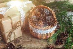 Decoraciones de la Navidad en un fondo de madera Imagen de archivo