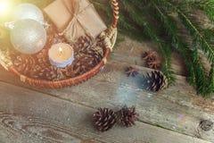 Decoraciones de la Navidad en un fondo de madera Fotos de archivo