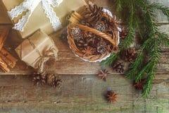 Decoraciones de la Navidad en un fondo de madera Imagen de archivo libre de regalías