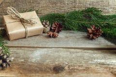 Decoraciones de la Navidad en un fondo de madera Foto de archivo libre de regalías