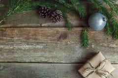 Decoraciones de la Navidad en un fondo de madera Fotos de archivo libres de regalías