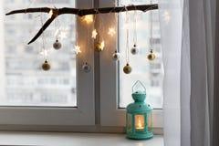 Decoraciones de la Navidad en un travesaño de la ventana Imagen de archivo libre de regalías
