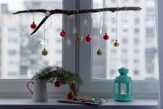 Decoraciones de la Navidad en un travesaño de la ventana Imagenes de archivo
