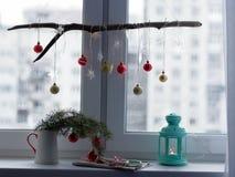 Decoraciones de la Navidad en un travesaño de la ventana Fotografía de archivo