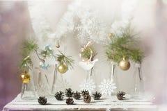 Decoraciones de la Navidad en una rama del árbol en los floreros de cristal Fotos de archivo