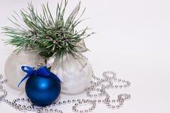 Decoraciones de la Navidad en una rama spruce imágenes de archivo libres de regalías