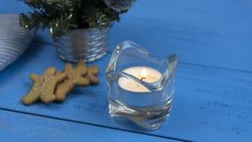 Decoraciones de la Navidad en una tabla azul: galletas, vela, árbol de navidad imagen de archivo libre de regalías