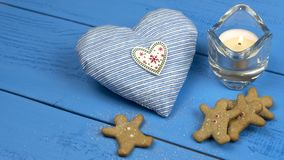 Decoraciones de la Navidad en una tabla azul: galletas, vela, juguete del corazón foto de archivo libre de regalías