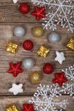 Decoraciones de la Navidad en una tabla de madera vieja Foto de archivo libre de regalías