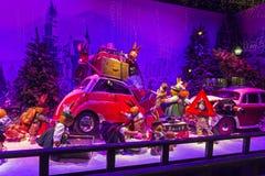 Decoraciones de la Navidad en la ventana de la tienda de un Printemps parisiense Foto de archivo