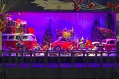 Decoraciones de la Navidad en la ventana de la tienda de un Printemps parisiense Imagen de archivo libre de regalías