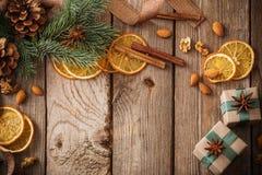 Decoraciones de la Navidad en viejo fondo de madera fotos de archivo libres de regalías