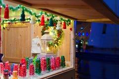 Decoraciones de la Navidad exhibidas para la venta Foto de archivo