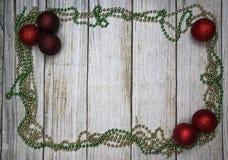 Decoraciones de la Navidad, fondo de madera foto de archivo libre de regalías