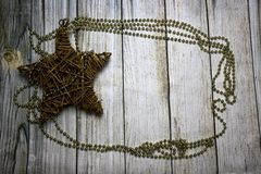 Decoraciones de la Navidad, fondo de madera imagenes de archivo