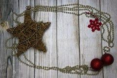 Decoraciones de la Navidad, fondo de madera fotografía de archivo
