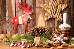 Decoraciones de la Navidad Galletas del pan de jengibre, nueces, la Navidad b Imagenes de archivo