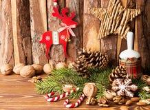 Decoraciones de la Navidad Galletas del pan de jengibre, nueces, la Navidad b Fotos de archivo libres de regalías
