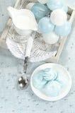 Decoraciones de la Navidad, galletas hechas en casa azules del merengue y taza de leche Imagen de archivo