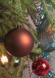 Decoraciones de la Navidad, guirnalda del árbol de navidad en un árbol de navidad Primer Imagen de archivo