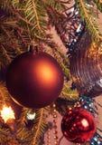 Decoraciones de la Navidad, guirnalda del árbol de navidad en un árbol de navidad Primer Proceso del vintage Imagen de archivo