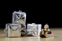 Decoraciones de la Navidad hechas de la madera en una tabla de madera Navidad Fotografía de archivo