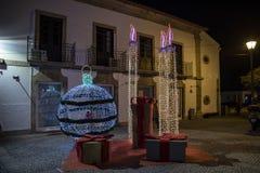 Decoraciones de la Navidad las calles del pueblo de Vila Nova de Cerveira imagenes de archivo