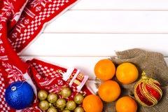 Decoraciones de la Navidad mandarines de una tela escocesa Foto de archivo libre de regalías