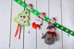 Decoraciones de la Navidad: muñeco de nieve, Santa Claus y árbol de navidad o Imagen de archivo