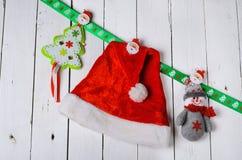 Decoraciones de la Navidad: muñeco de nieve, sombrero y la Navidad tr de Santa Claus Fotografía de archivo