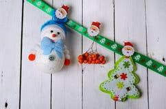 Decoraciones de la Navidad: muñeco de nieve y árbol de navidad en vagos de madera Foto de archivo