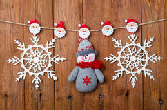 Decoraciones de la Navidad: muñeco de nieve y copos de nieve con los pernos de ropa Imágenes de archivo libres de regalías
