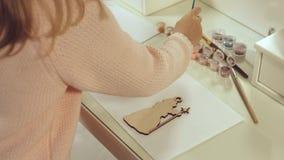 Decoraciones de la Navidad Muchacha linda hecha y pintada el juguete Fotos de archivo libres de regalías