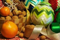 Decoraciones de la Navidad Muchos ornamentos y regalos del día de fiesta Ornamentos de la Navidad con la correa del satén Fotos de archivo libres de regalías