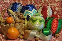 Decoraciones de la Navidad Navidad Muchos ornamentos y regalos del día de fiesta Ornamentos de la Navidad Imagenes de archivo
