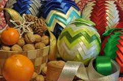 Decoraciones de la Navidad Navidad Muchos ornamentos y regalos del día de fiesta Ornamentos de la Navidad Fotografía de archivo libre de regalías