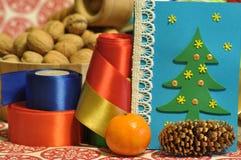 Decoraciones de la Navidad Navidad Muchos ornamentos y regalos del día de fiesta Ornamentos de la Navidad Imagen de archivo