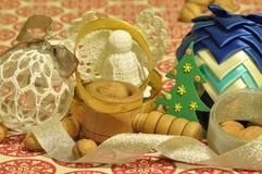 Decoraciones de la Navidad Navidad Muchos ornamentos y regalos del día de fiesta Ornamentos de la Navidad Imágenes de archivo libres de regalías