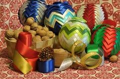 Decoraciones de la Navidad Navidad Muchos ornamentos y regalos del día de fiesta Ornamentos de la Navidad Fotografía de archivo