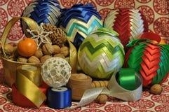 Decoraciones de la Navidad Navidad Muchos ornamentos y regalos del día de fiesta Ornamentos de la Navidad Foto de archivo