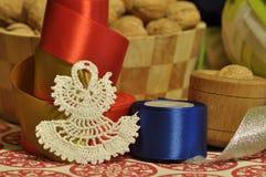 Decoraciones de la Navidad Navidad Muchos ornamentos y regalos del día de fiesta Ornamentos de la Navidad Imagen de archivo libre de regalías